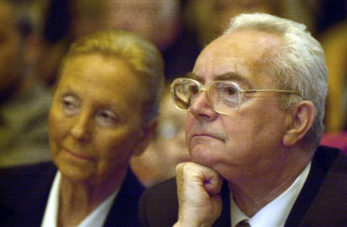 Jean-Marie Girault et sa femme, à la mairie de Caen le 25 mars 2001.