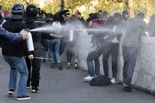 Des policiers en civil aspergent des manifestants lors de la manifestation du 1er-Mai à Paris.