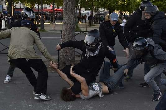 Un policier en civil arrête un manifestant le 1er mai à Paris.