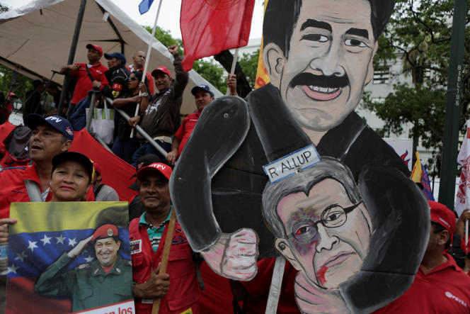 Manifestation des supporteurs du président Nicolas Maduro, ici représenté en prise avec le président de l'Assemblée nationale, son opposant Ramos Allup (MUD), lors du défilé du 1er-Mai à Caracas.