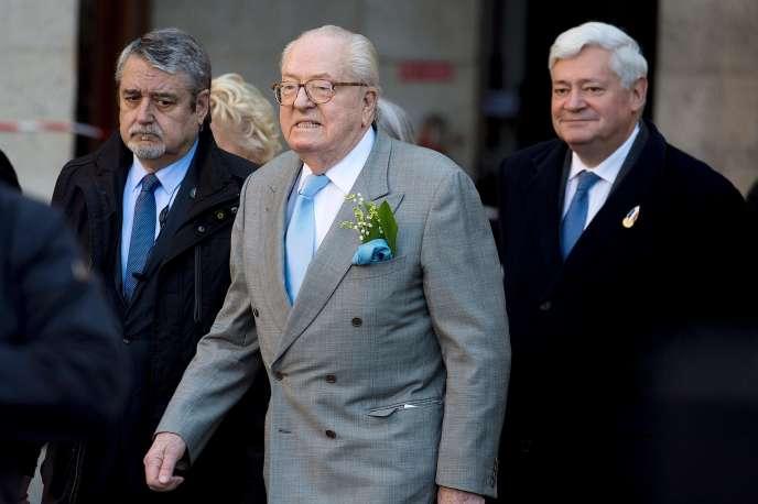 Jean-Marie Le Pen (au centre) et Bruno Gollnisch (à droite), le 1er mai 2016.