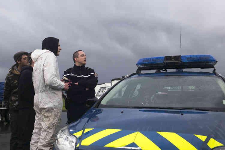 Les teufeurs discutent avec les gendarmes pour que ces derniers rendent les papiers du véhicule de leur camarade. Le blocage va durer une heure, avant que les teknivaliers puissent repartir, escortés par les forces de l'ordre.