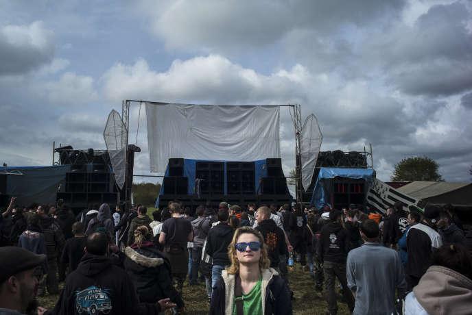 Une teknivalière devant une scène de techno hardcore, le 30 avril, au Teknival de Salbris, dans le Loir-et-Cher.