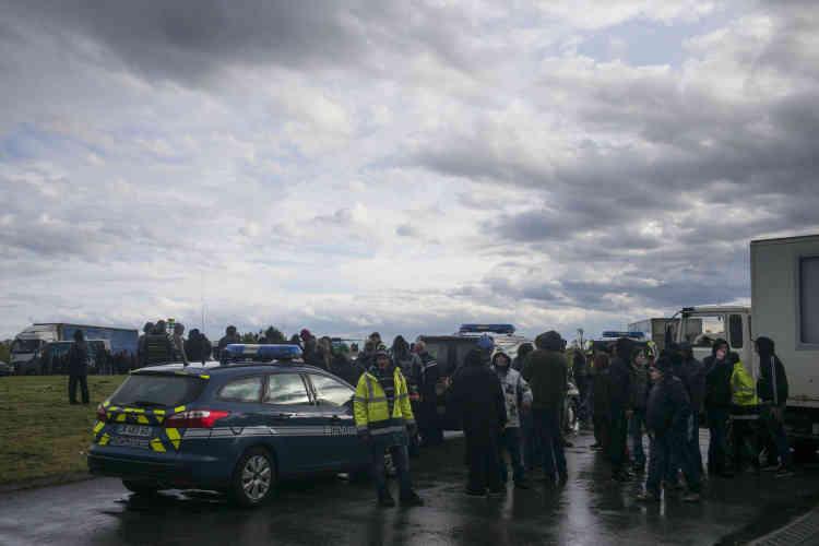 """A hauteur d'Artenay, dans le Loiret, le camion d'un teufeur qui organise un sound system se fait contrôler par les gendarmes. Les teknivaliers qui font partie du convoi bloquent le rond-point et tempêtent : """"Rendez-nous les clés du camion !"""""""