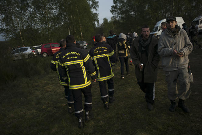 Les sapeurs-pompiers du Loir-et-Cher patrouillent dans le Teknival afin de recueillir des informations sur d'éventuels problèmes de santé.