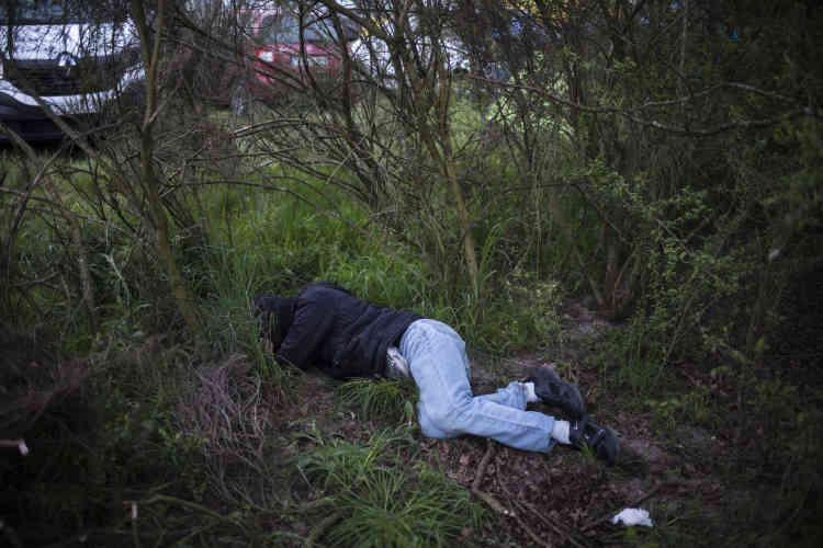 Un teufeur dort sur le sentier qui mène au champ où sont garées les voitures. En raison d'une consommation de drogue et d'alcool excessive, de nombreux teknivaliers ne retrouvent plus leur lieu de repli.