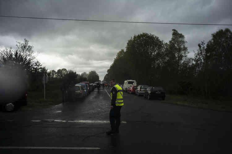 Un gendarme mobilisé près du site du Teknival. Au total, ils sont 350 à être mobilisés du 30 avril au 2 mai pour organiser la sécurité des biens et des personnes aux abords de Salbris.