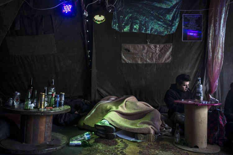 Après une nuit à danser, des teknivaliers viennent se détendre, discuter sous la tente de l'association Techno+, qui est à l'écoute des teufeurs, notamment pour les éclairer sur les substances qu'ils ont prises.