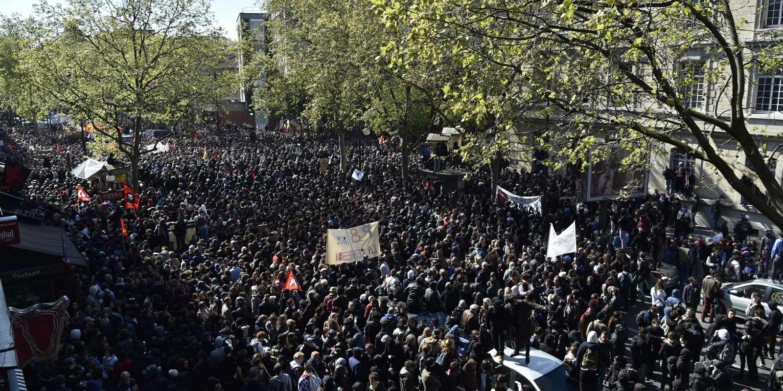 La manifestation parisienne du 1er Mai, émaillée de heurts, a rassemblé 70000 personnes selon la CGT, et entre 16000 et 17000 selon la préfecture de police.