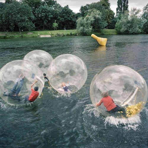Des enfants jouent sur la Marne, lors du festival de l'Oh !.