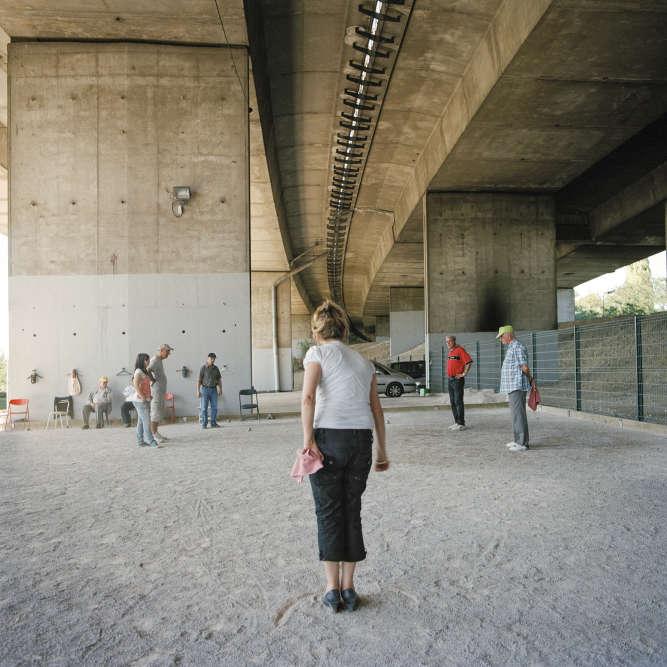 Pétanque sous l'échangeur des autoroutes A3 et A86, à Noisy-le-Sec (Seine-Saint-Denis).