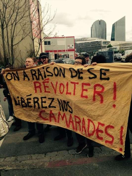 Des étudiants venus soutenir les 13 lycéens du lycée Léonard de Vinci mis en garde à vue, lundi 2 mai à Levallois.