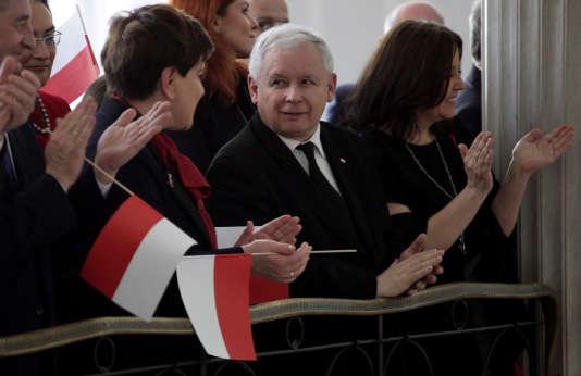 Le dirigeant du parti Droit et justice (PiS), Jaroslaw Kaczynski, et la première ministre polonaise, Beata Szydlo, lors d'une cérémonie au Parlement, le 2 mai 2016.