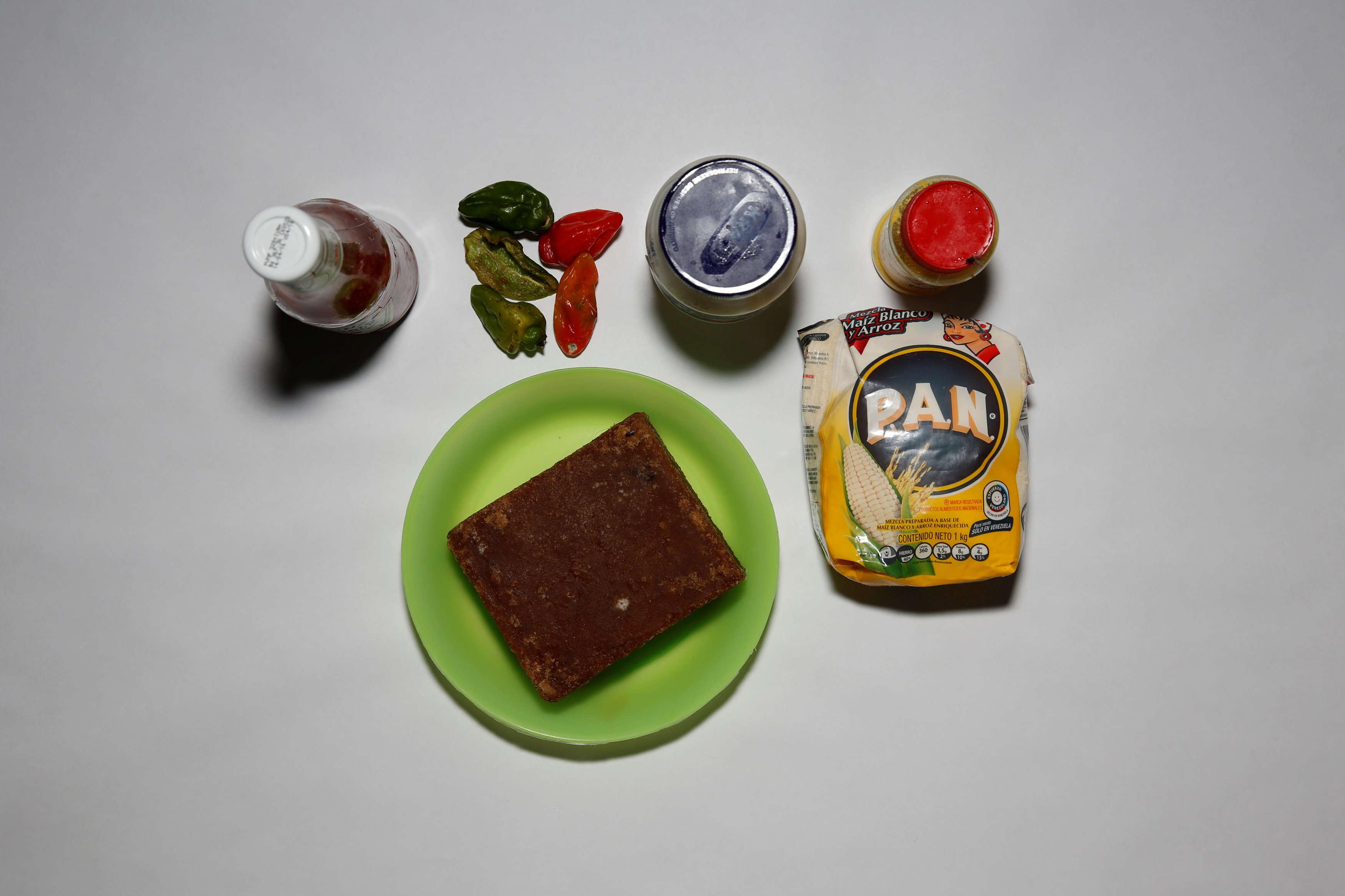 Toute la nourriture d'Antonio Torres et sa famille est étalée sur une table, dans leur maison, à Caracas, vendredi 22 avril.
