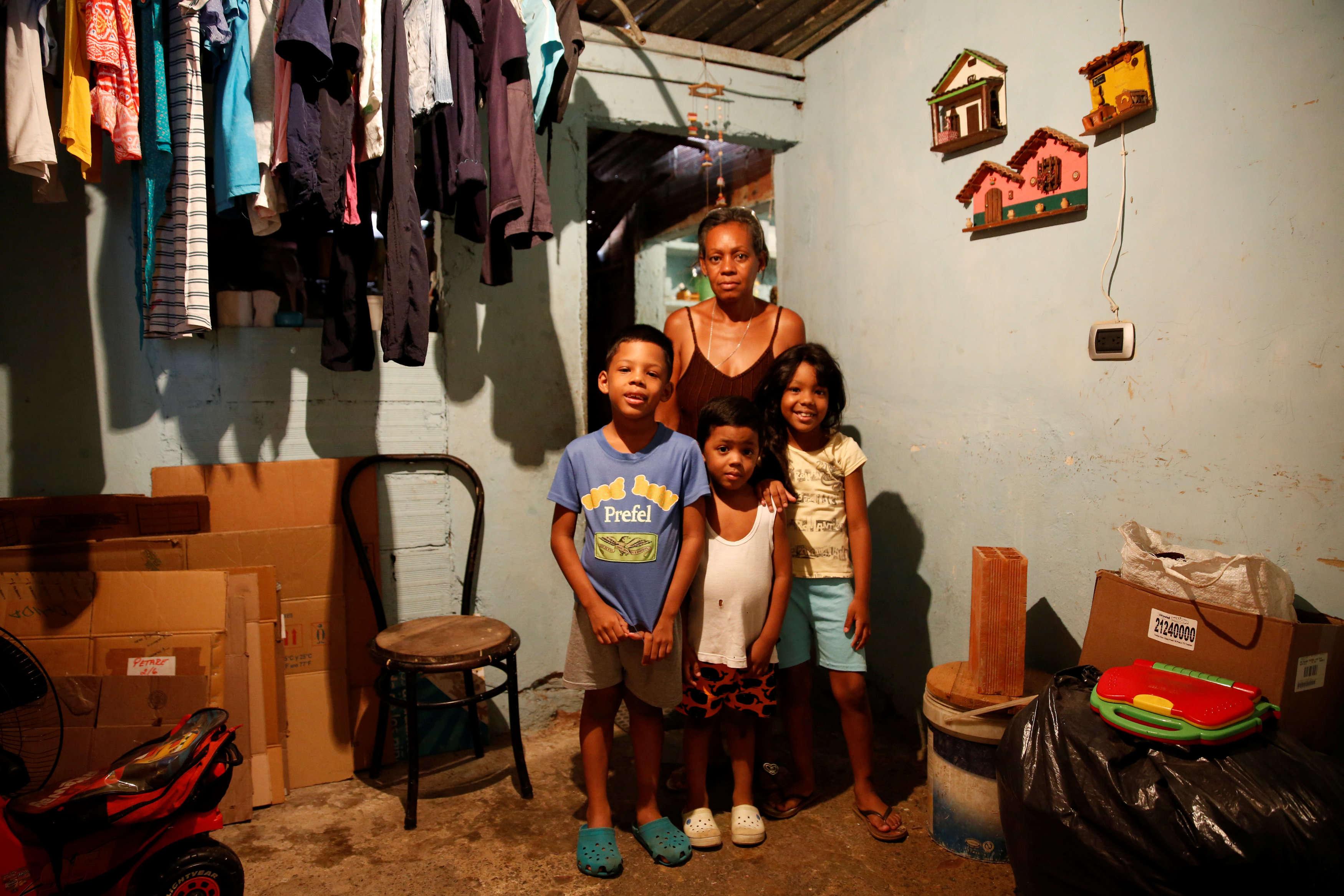 «Nous mangeons très mal. Par exemple , si nous avons de la farine de maïs, nous ne mangeons qu'un repas par jour. Même avec de l'argent, c'est compliqué de trouver de la nourriture. Et si vous trouvez, il ne vous reste plus un sous», confie Rosa Elaisa Landaez, qui pose avec ses enfants, à son domicile, à Caracas, samedi 23 avril.