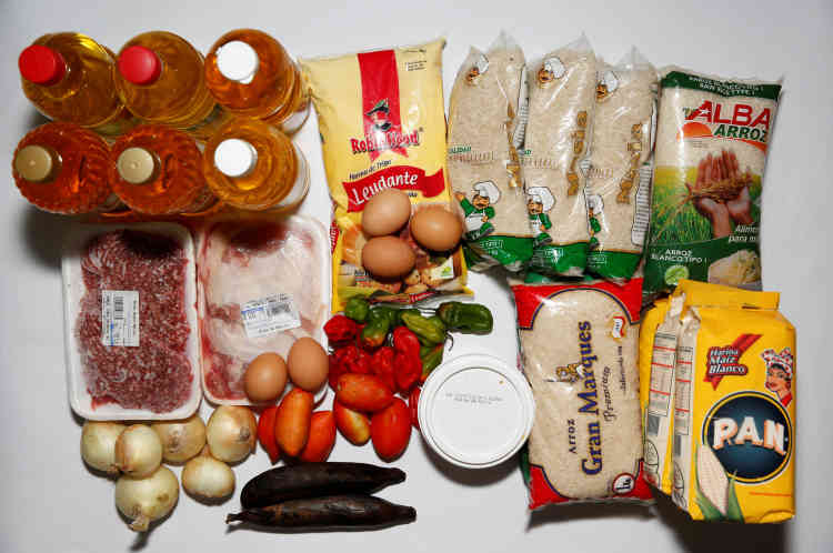 Toute la nourriture d'Antonio Marquez et de sa famille est rassemblée sur une table, samedi23avril, à Caracas.