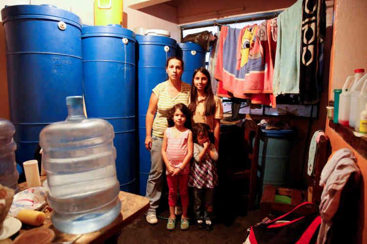 «Désormais manger est un luxe. Nous ne pouvons plus économiser ou acheter des vêtements. Tout l'argent va dans la nourriture», explique Yaneidy Guzman. La mère de famille pose aux côté de ses trois filles , Esneidy Ramirez (à droite),  Steffany Perez (devant à droite) et Fabiana Perez , à leur domicile, à Caracas, vendredi22avril.