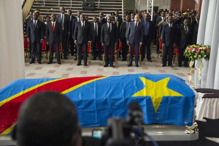 Le président congolais Joseph Kabila et divers membres du gouvernement présentent l'hommage de la nation à Papa Wemba, élevé au rang de Héros national Kabila-Lumumba, le 2 mai 2016.