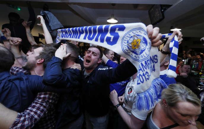 Les supporteurs de Leicester fêtent le titre de leur équipe en Premier League.