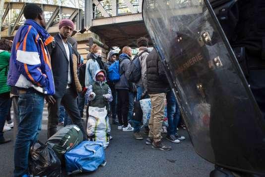 Des migrants évacués par la police devant le campement de Stalingrad, à Paris. en mai 2016.