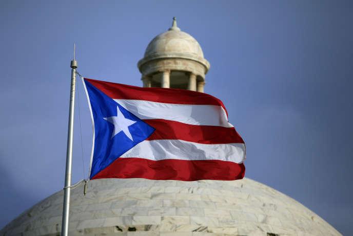 Devant le capitole à San Juan, la capitale du territoire de Porto Rico.