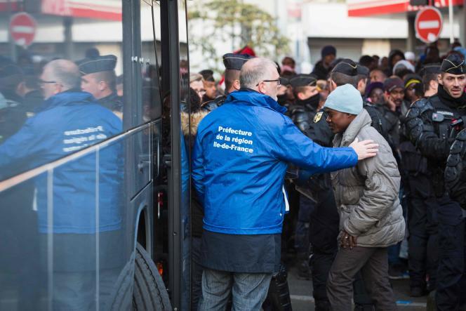 Selon la préfecture, plus de 1 600 migrants du camp de Stalingrad, à Paris, ont été évacués et