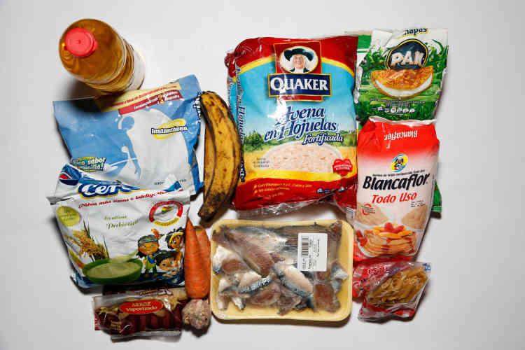 La nourriture disponible dans le réfrigérateur de Yaneidy Guzman, qui vit avec ses trois filles. Maintenir une alimentation équilibrée est de plus en plus difficile pour les familles les plus pauvres, obligées de sauter des repas.