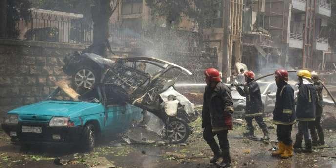 Les secours interviennent après une attaque contre l'hôpital Al-Dabit, le 3 mai à Alep.