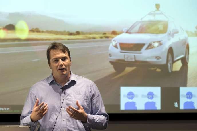 Chris Urmson, directeur du projet Google Car, présente le prototype d'une voiture autonome, à Mountain View, le 29 avril