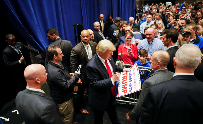 Le candidat républicain Donald Trump signe des autographes à l'issue d'un meeting à South Bend, dans l'Indiana, le 2 mai 2016.
