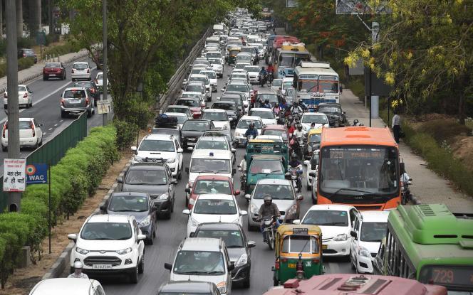 Bouchon géant sur l'autoroute reliant New Delhi à Gurgaon, mardi 3 mai.