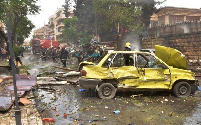 Une rue du quartier Muhafaza, à Alep, mardi 3 mai, après le bombardement de l'hôpital Al-Dabit.