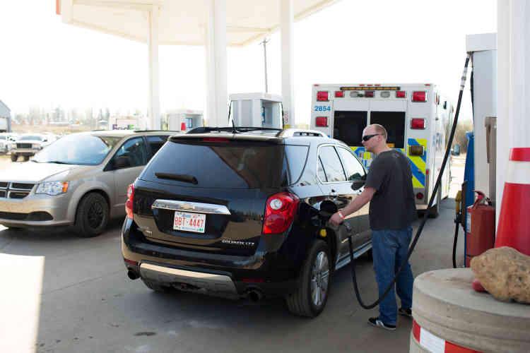 L'évacuation à grande échelle de la ville a provoqué d'énormes embouteillages, principalement dans les stations essence, où les automobilistes pouvaient attendre plusieurs heures avant de remplir leur réservoir. Un paradoxe pour une province qui regorge de pétrole.