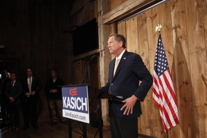 Le sénateur John Kasich  annonçant son retrait de la campagne pour  l'investiture aux elections présidentielles  à Colombus .