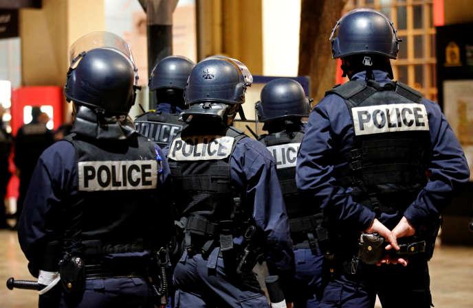 Des policiers anti-émeute se préparent pour un exercice préparatoire lors de la Coupe d'Europe de football, en mai, à Marseille.