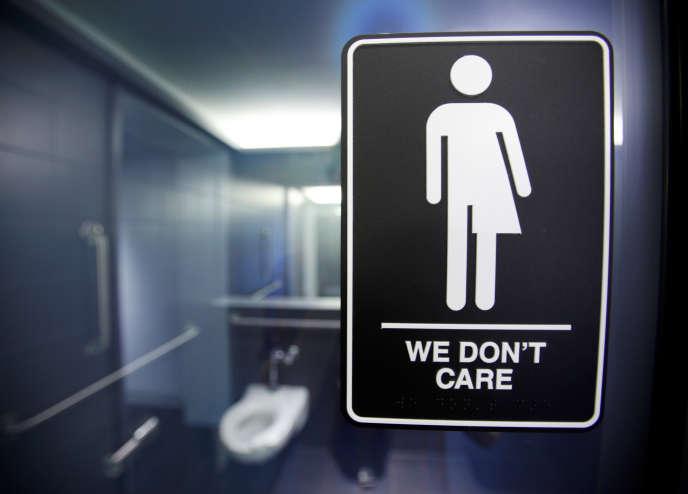 « Ca nous est égal» : un panneau à l'éntrée de toilettes àDurham, en Caroline du Nord, le 3 mai 2016.