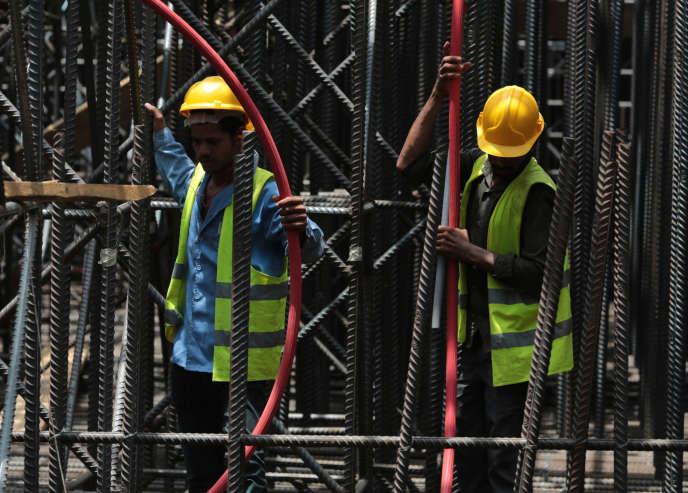 Des employés du groupe Saudi Ben Laden lors de la construction de Kingdom Tower, à Jeddah, en mai 2014.