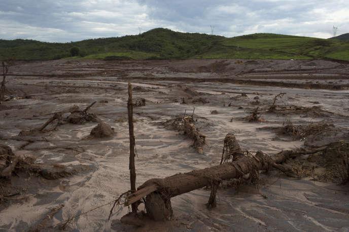 Coulée de boue après la rupture du barrage de Bento Rodrigues géré par la compagnie Samarco, une filiale de BHP Billiton et de Vale, en novembre 2015.