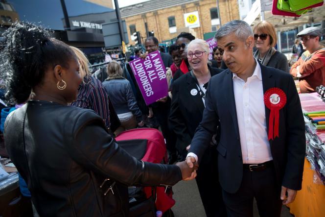 Sadiq Khan sur un marché de Londres le 4 mai lors de la campagne municipale.