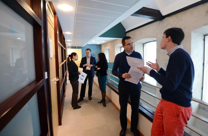 Des étudiants discutent pendant une pause lors d'un séminaire de commerce, à l'ENA, à Strasbourg, le 14 janvier 2013.