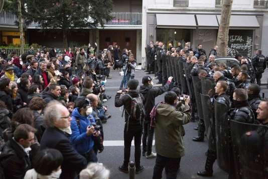 De nombreuses personnes sont venues soutenir les migrants, avenue Simon-Bolivar, à proximité du lycée Jean-Jaurès.