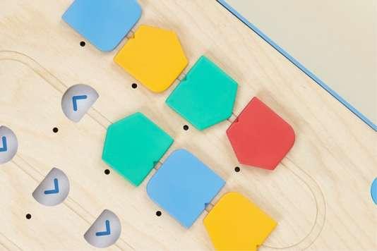 Les jetons de couleur correspondent à des ordres formels : tourner, avancer, exécuter une séquence prédéfinie.