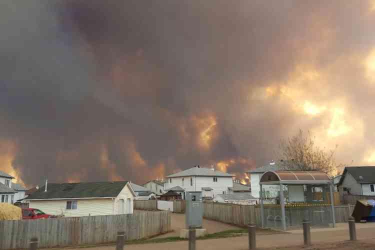 Dans le quartier Waterways, coincé au sud entre l'autoroute et le fleuve Clearwater, 90 % des logements ont été ravagés, a indiqué la mairie. Dans le quartier voisin de Beacon Hill, les trois quarts des habitations ne sont plus qu'un tas de cendres.