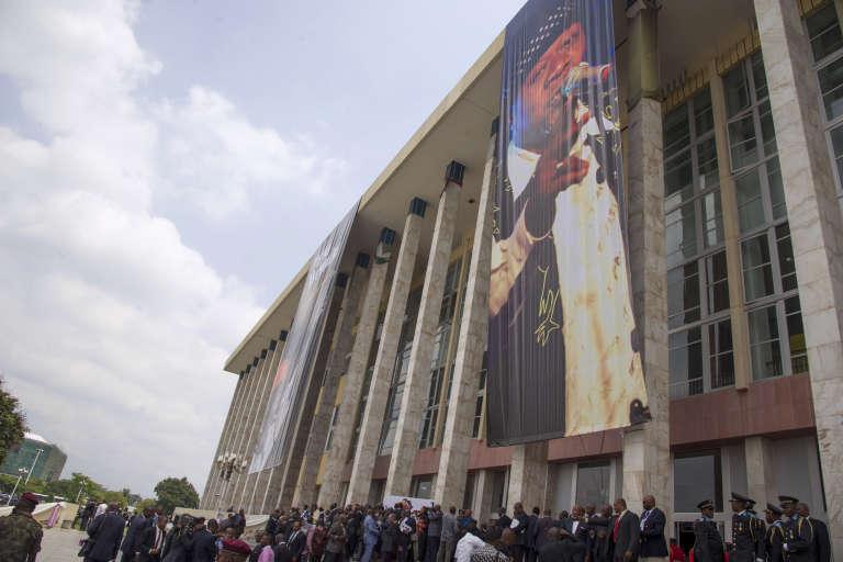 Une effigie géante du chanteur Papa Wemba devant le siège du Parlement congolais, Kinshasa, le 2 mai 2016.