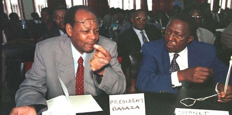 L'ex-président Jean-Baptiste Bagaza (à gauche) et l'ex-chef de l'Etat Sylvestre Ntibatunganya, en janvier 1999.