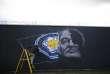 L'artiste Richard Wilson réalise une fresque en l'honneur de Claudio Ranieri sur un mur de Kate Street, à Leicester, le 29 avril.