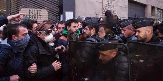 L'évacuation du lycée Jean-Jaurès, dans le 19e arrondissement de Paris, s'est déroulée avec tension, mercredi 4 avril.