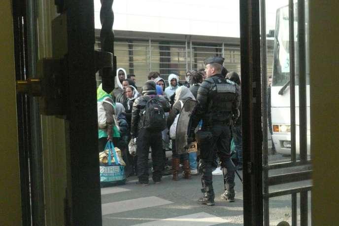 Les migrants sont évacués du lycée Jean-Jaurès le 4 mai.