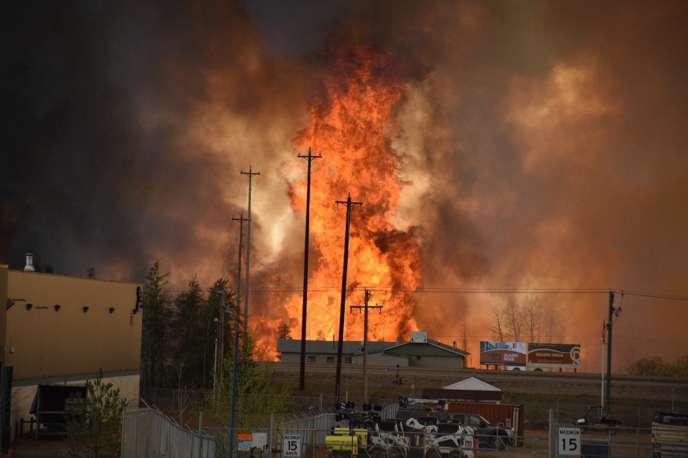 L'incendie menace une zone industrielle au sud de Fort McMurray, dans l'Etat de l'Alberta.