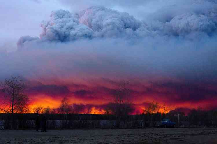 L'état d'urgence a été déclaré par le gouvernement de l'Alberta pour l'ensemble de la province, car en plus de la ville pétrolière de Fort McMurray, si la catastrophe touche aussi depuis mercredi soir deux autres zones urbaines, que les habitants fuient en masse.